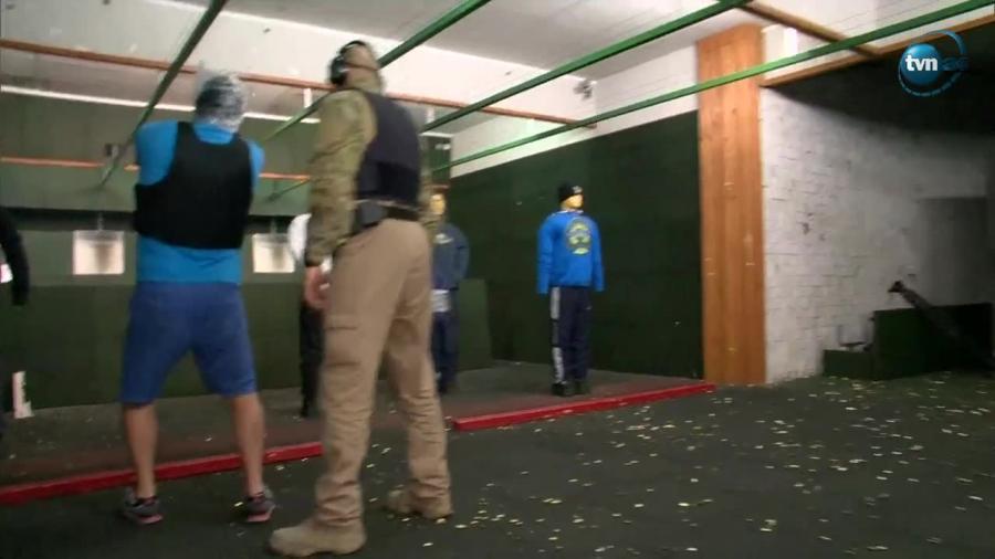 Policjanci ćwiczą strzelanie w foliowych workach na głowie