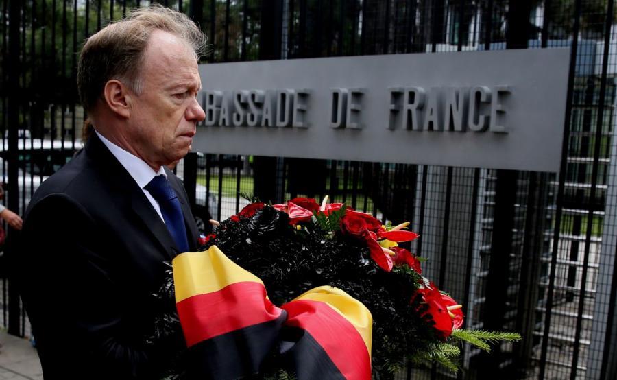 Ambasador Niemiec w RP Rolf Nikel składa kwiaty przed ambasadą Republiki Francuskiej