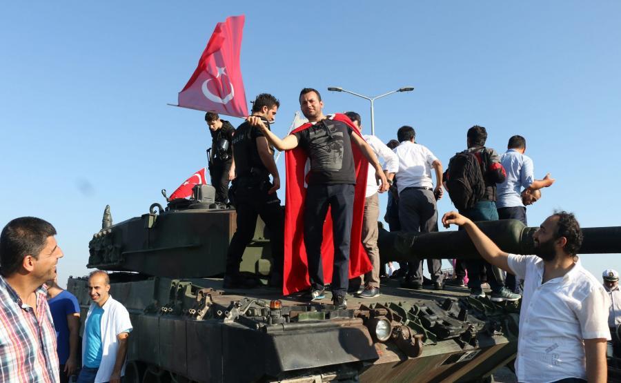Czołg zdobyty przez cywilów wiernych Erdoganowi