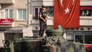 Policjant na opuszczonym wojskowym transporterze opancerzonym