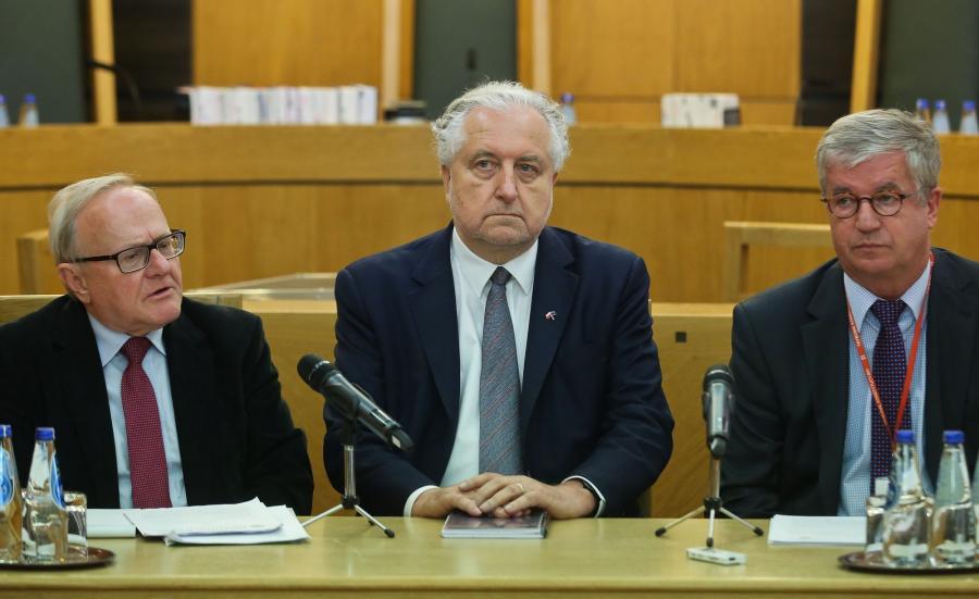 Prezes Trybunału Konstytucyjnego Andrzej Rzepliński (C), wiceprezes TK Stanisław Biernat (L) oraz sędzia TK Andrzej Wróbel (P)