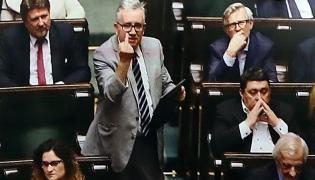 Posłanka PO Monika Wielichowska zaprezentowała z mównicy sejmowej zdjęcie z nocnej debaty, na którym poseł PiS Piotr Pyzik pokazuje obraźliwy gest w stronę opozycji.