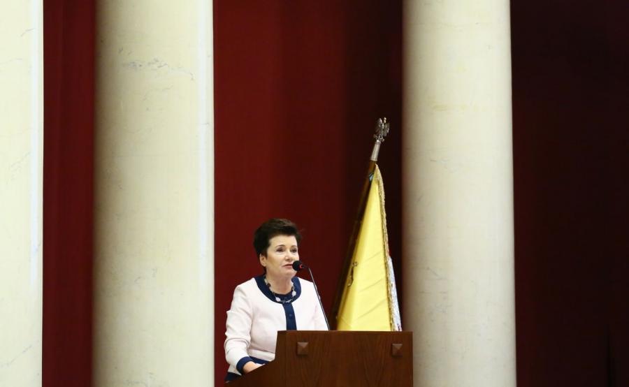 Hanna Gronkiewicz-Waltz przemawia na sesji Rady Warszawy