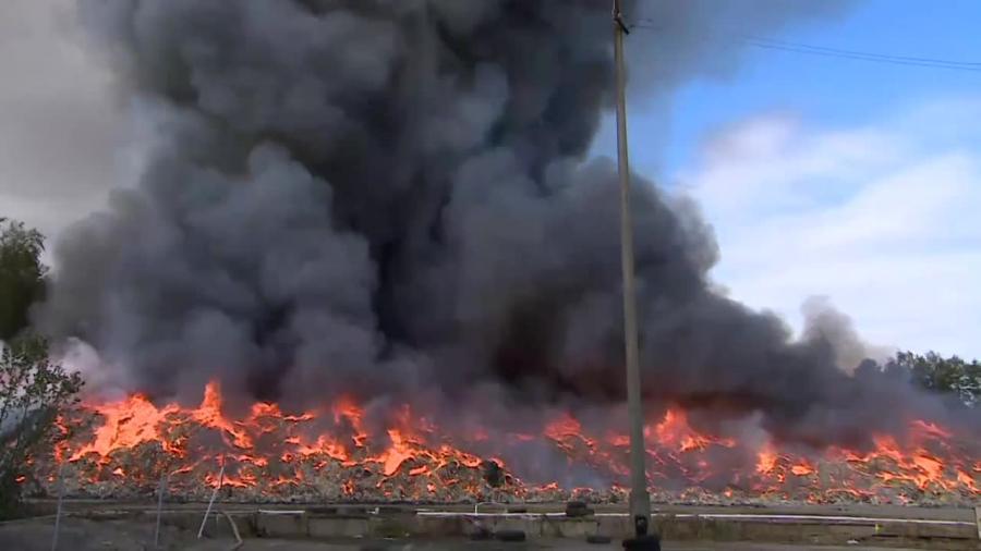 Wielki pożar odpadów w Wąchocku. Na miejscu 30 zastępów