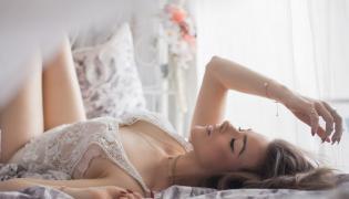 Seksowna kobieta w łóżku