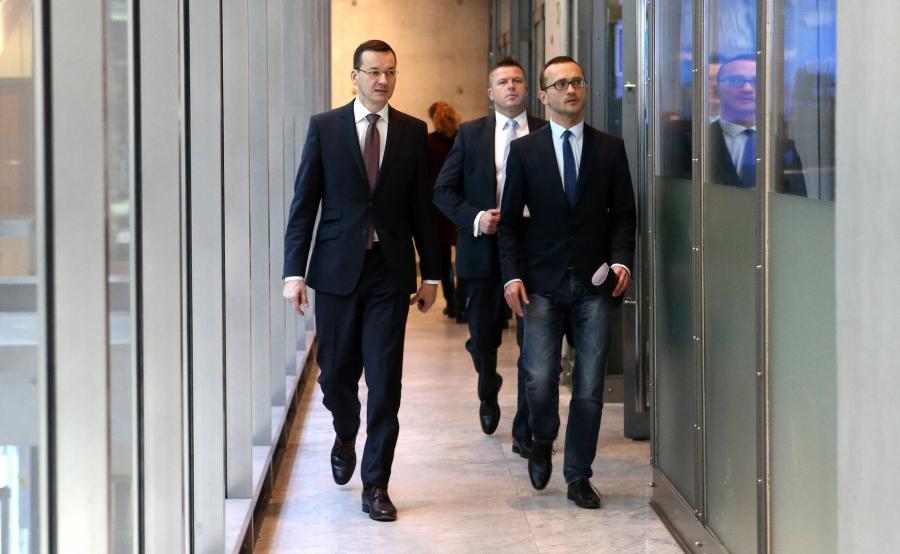 Mateusz Morawiecki w drodze na konferencję