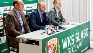 Nowy prezes Śląska Wrocław Krzysztof Hołub (C), nowy dyrektor sportowy klubu Adam Matysek (L) i rzecznik prasowy Tomasz Szozda (P)