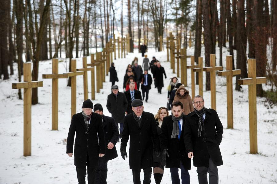 Kuropaty na Białorusi. Marszałek Senatu Stanisław Karczewski w drodze na cmentarz, gdzie spoczywają Polacy pomordowani przez sowiecki aparat bezpieczeństwa w latach 1937-41