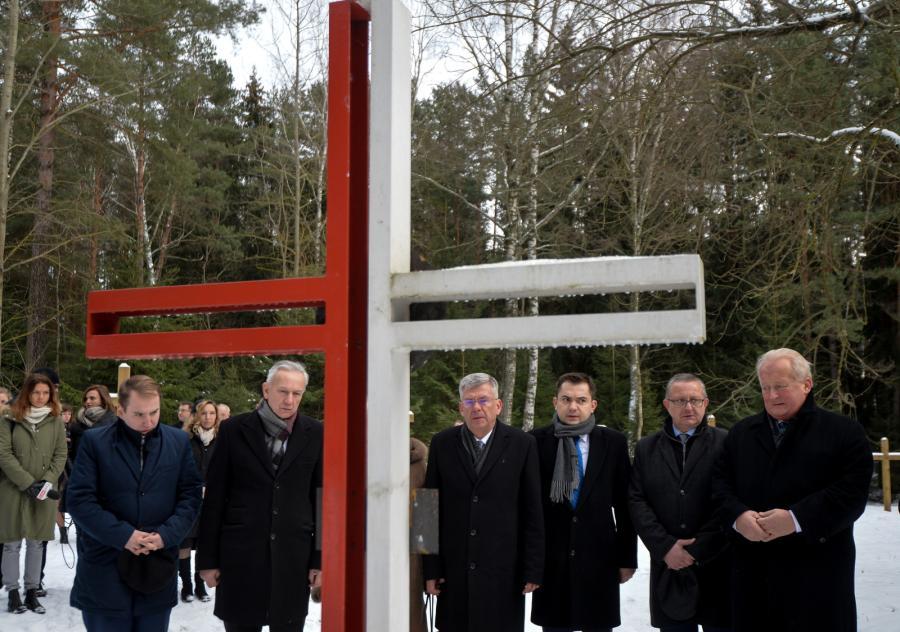 Kuropaty na Białorusi. Marszałek Senatu Stanisław Karczewski na cmentarzu, gdzie spoczywają Polacy pomordowani przez sowiecki aparat bezpieczeństwa w latach 1937-41