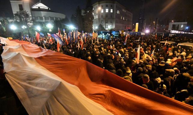 KOD protestuje przed Sejmem. Zapowiada się gorąca noc [ZDJĘCIA]