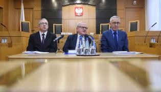 Sędziowie Trybunału Konstytucyjnego: Piotr Tuleja (L), Stanisław Biernat (C) i Stanisław Rymar (P)