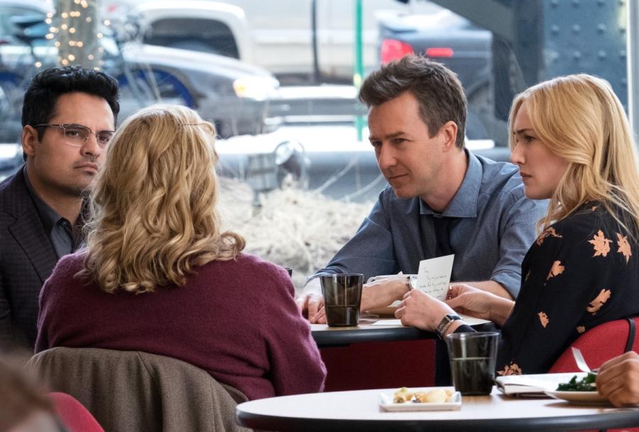 """Edward Norton, Kate Winslet, Michael Pena oraz Ann Dowd (tyłem) w filmie """"Ukryte Piękno"""". Premiera 25 grudnia 2016. fot. materiały prasowe"""