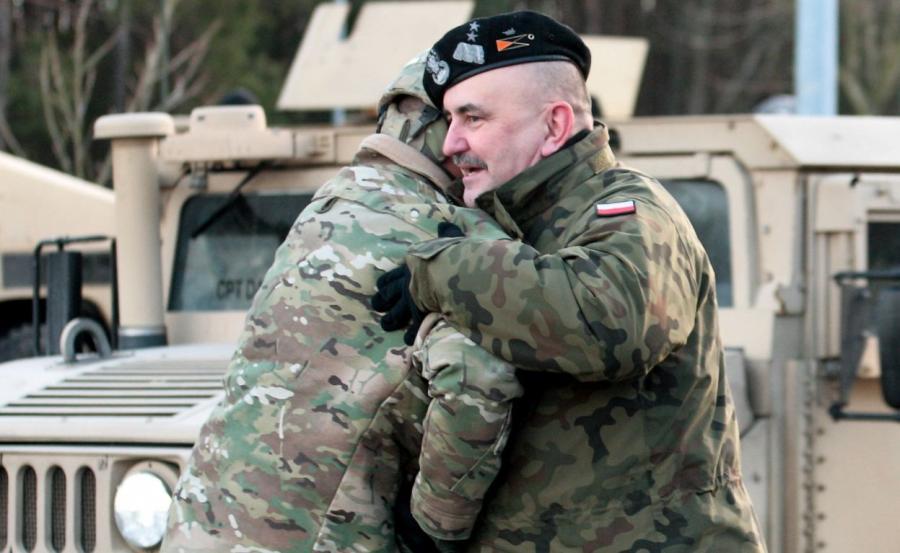 Dowódca 3 Pancernej Brygadowej Grupy Bojowej płk Christopher R. Norrie (L) i dowódca 11 Lubuskiej Dywizji Kawalerii Pancernej z Żagania gen. dyw. Jarosław Mika (P)