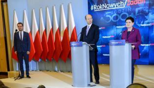 Premier Beata Szydło (2P), minister zdrowia Konstanty Radziwiłł (3P) oraz rzecznik rządu Rafał Bochenek (L)