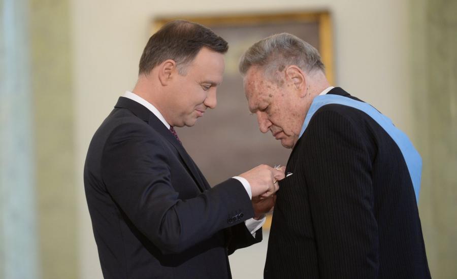 Prezydent Andrzej Duda (L) oraz prof. Jerzy Gryglewski (P) podczas uroczystości w Pałacu Prezydenckim