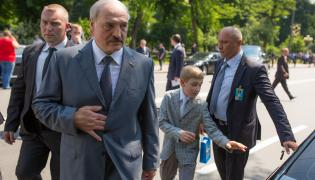 Prezydent Białorusi Alaksandr Łukaszenko z najmłodszym synem wysiadają z limuzyny