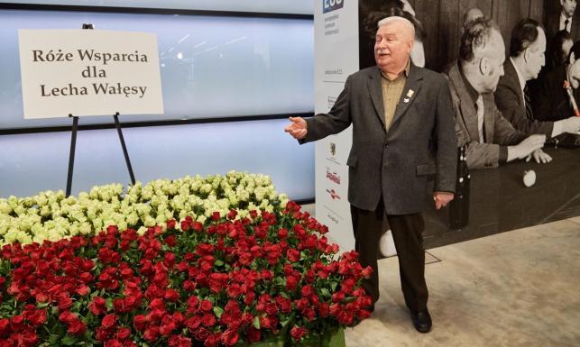 Ponad tysiąc róż wsparcia dla Wałęsy. \