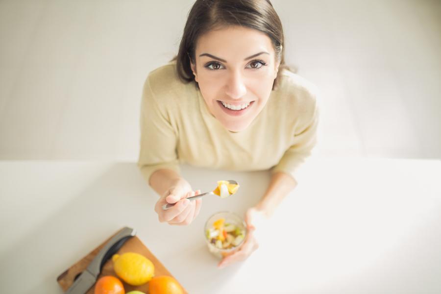 Kobieta je owoce